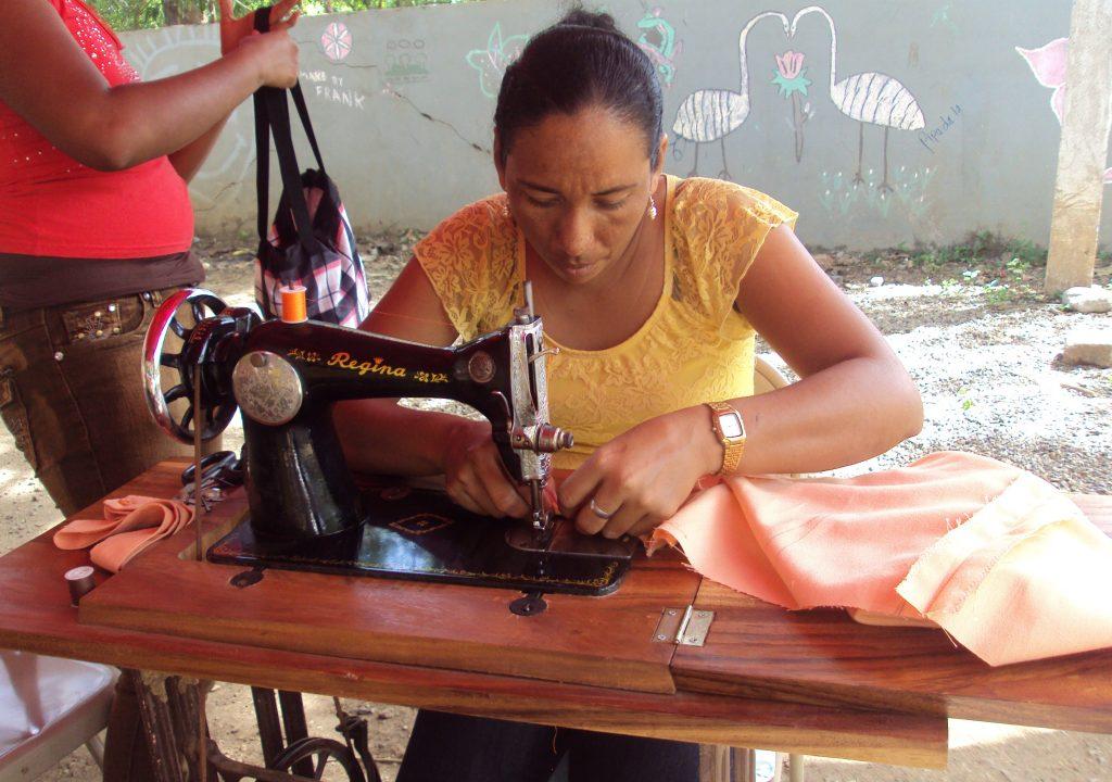 Reyna realizando la practica del curso de Costura